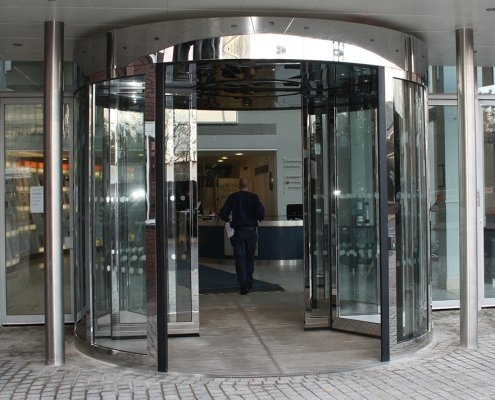 High capacity revolving door